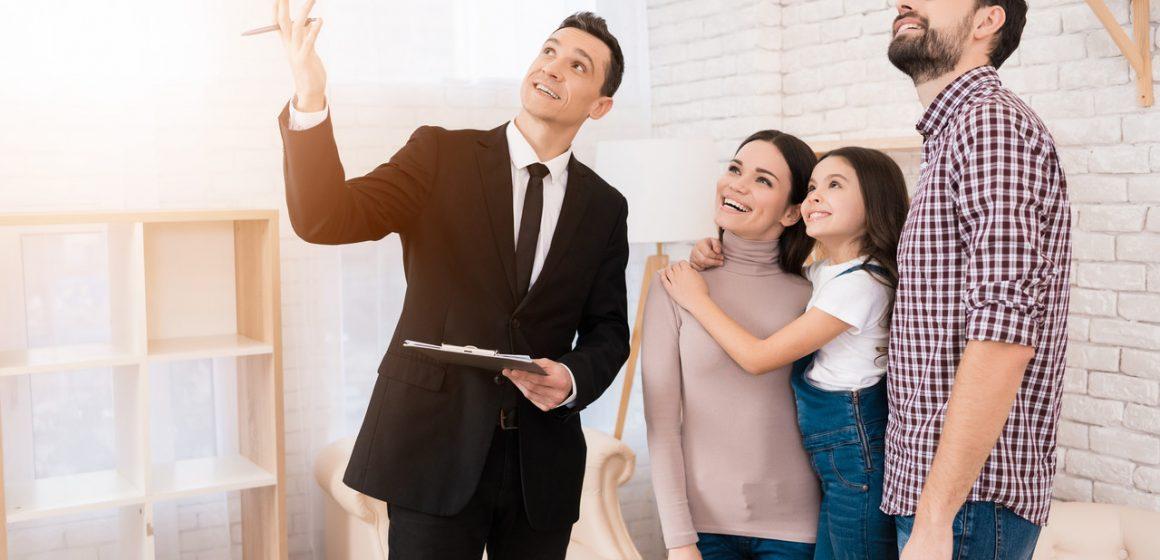 rodzina kupująca mieszkanie