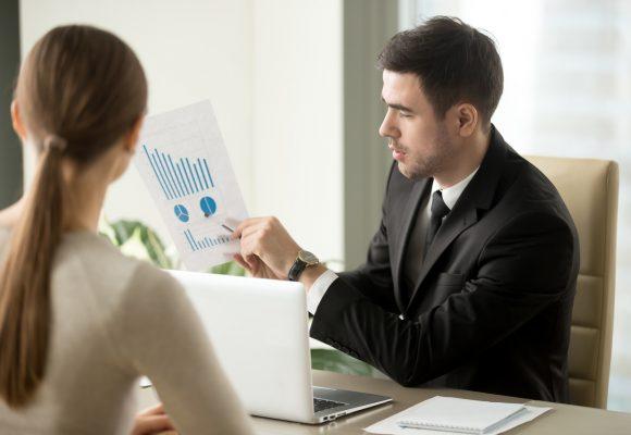 doradca kredytowy z klientem