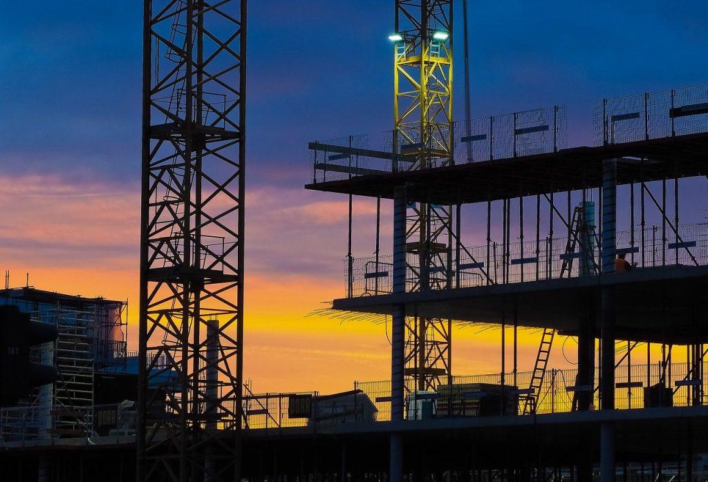 budowa nocą