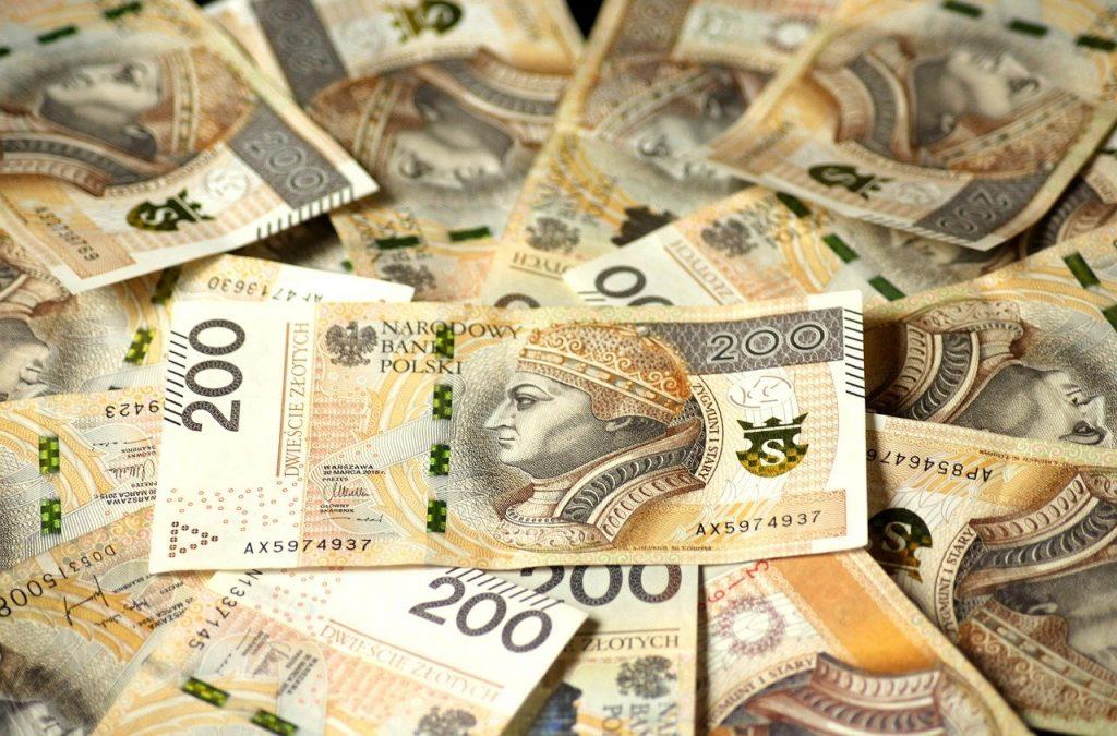pieniądze o nominale 200 PLN