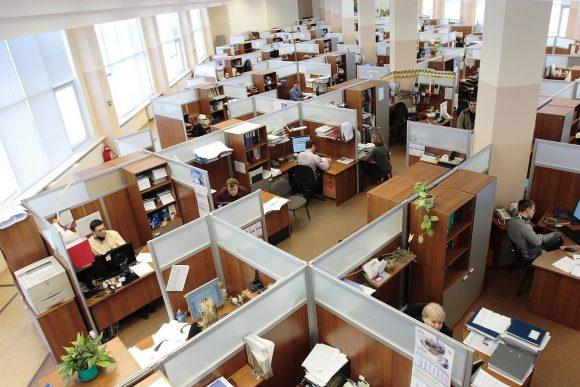pracownicy w biurze typu open space
