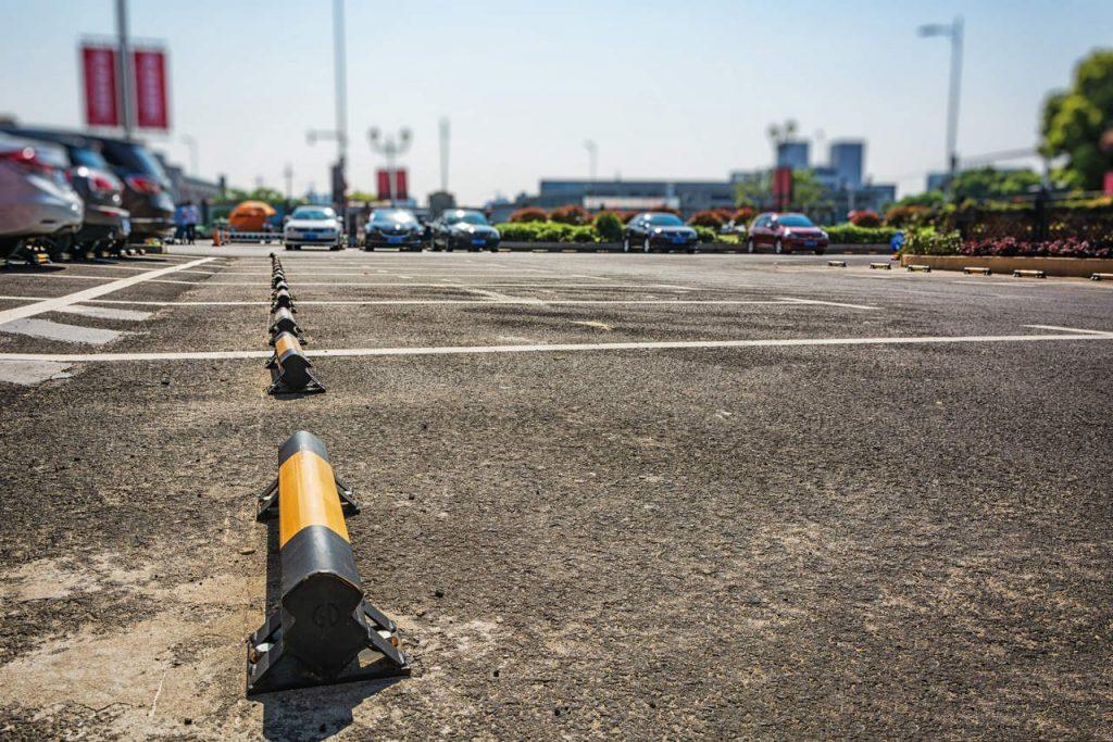 listwy zabezpieczające na parkingu