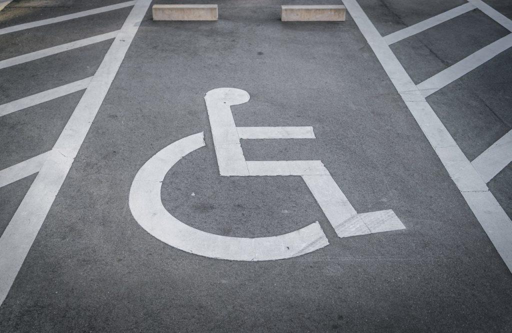 oznaczenia na parkingu miejsca dla niepłenosprawnych