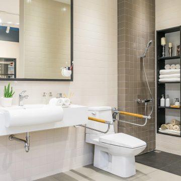 Jak przystosować hotelową łazienkę dla niepełnosprawnych?