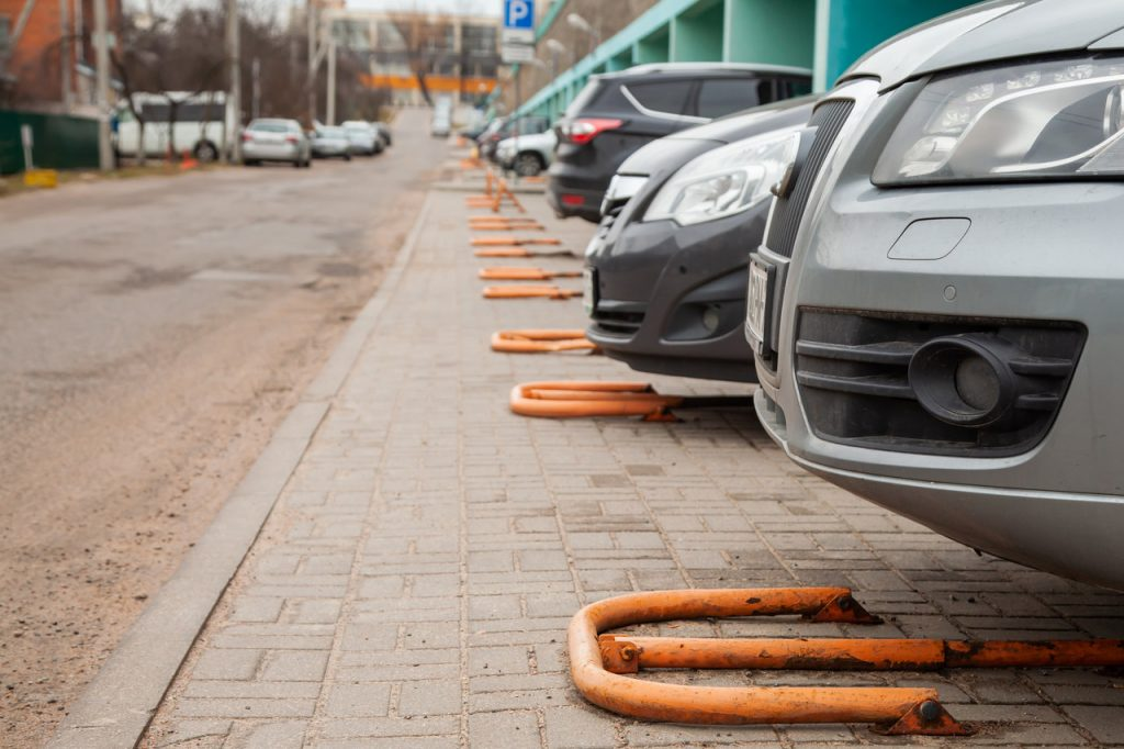 zabezpieczenia uchylna na parkingu