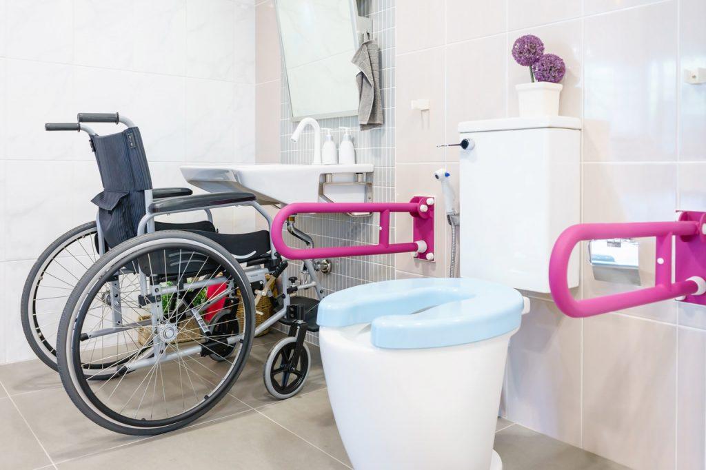 łazienka hotelowa dla niepełnosprawnych