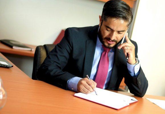 męzczyzna rozmawiający przez telefon