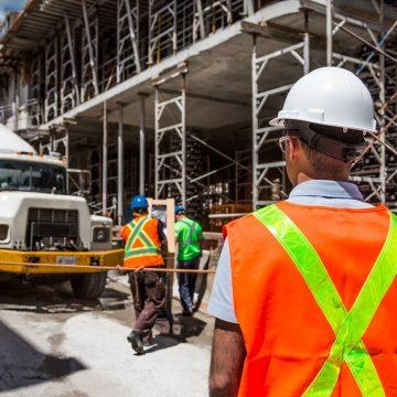 Czy maszyny budowlane lepiej kupić, czy wynająć?