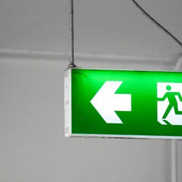 Oznaczenia BHP, które muszą znaleźć się w biurze