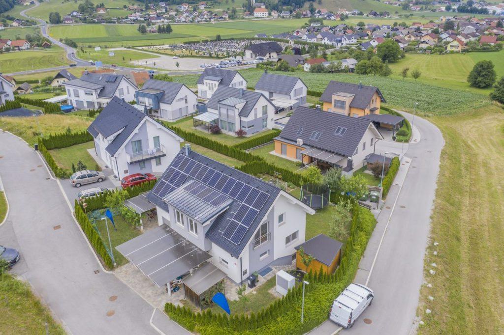 domy z dachami solarnymi