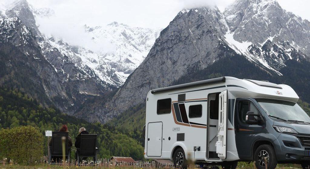 para z kamperem w górach