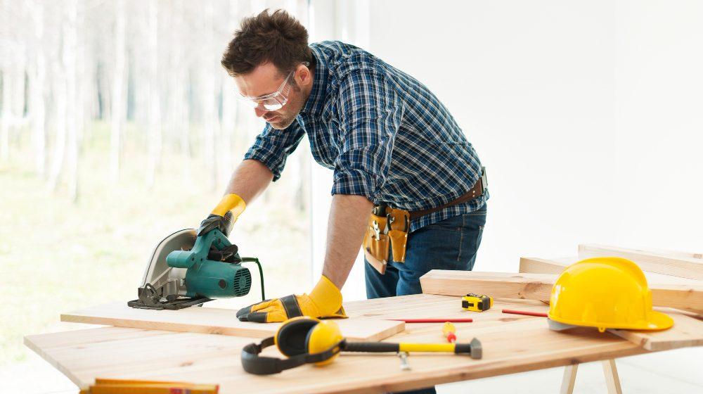 mężczyzna tnie drewno
