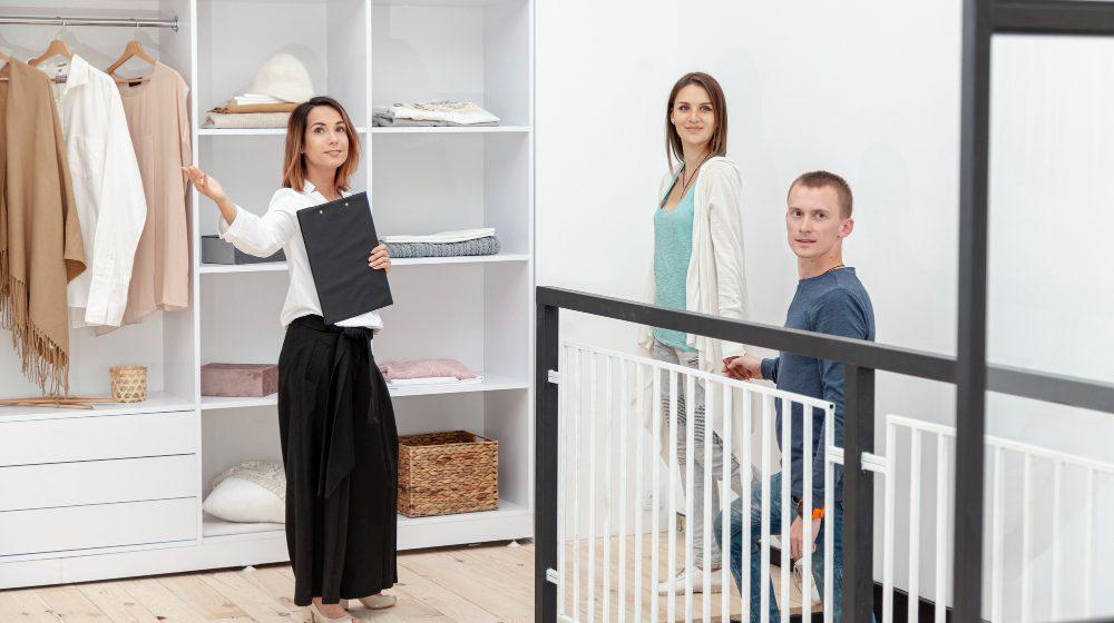 agent pokazuje mieszkanie młodej parze